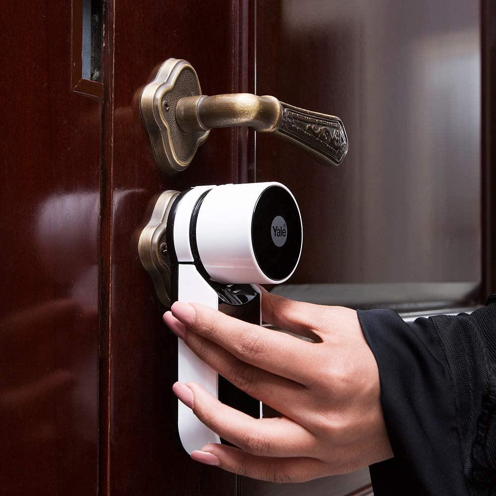 La serratura smart Yale è posizionata nel portone di casa