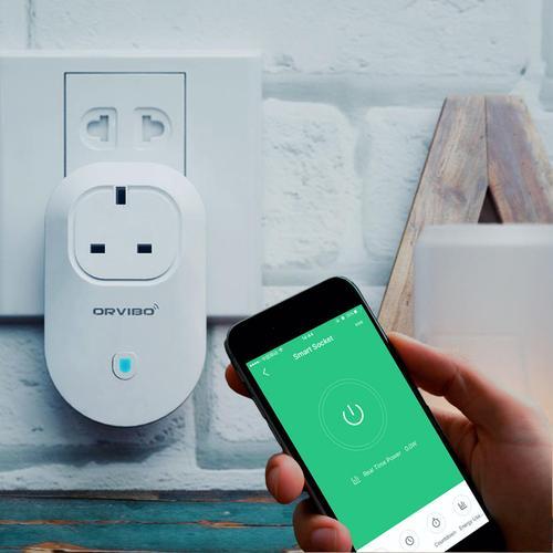 Una smart plug e uno smartphone