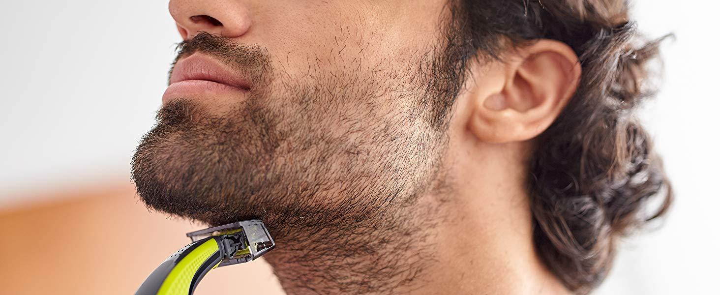 Un uomo si taglia barba