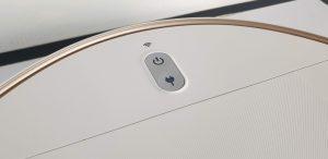Recensione Eufy RoboVac L70 Hybrid - pulsante di funzionamento e wifi