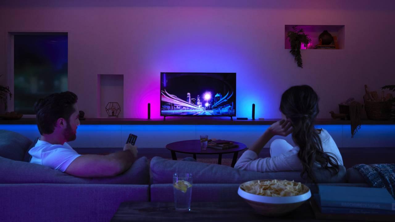 Una stanza illuminata, in cui si intravede un televisore