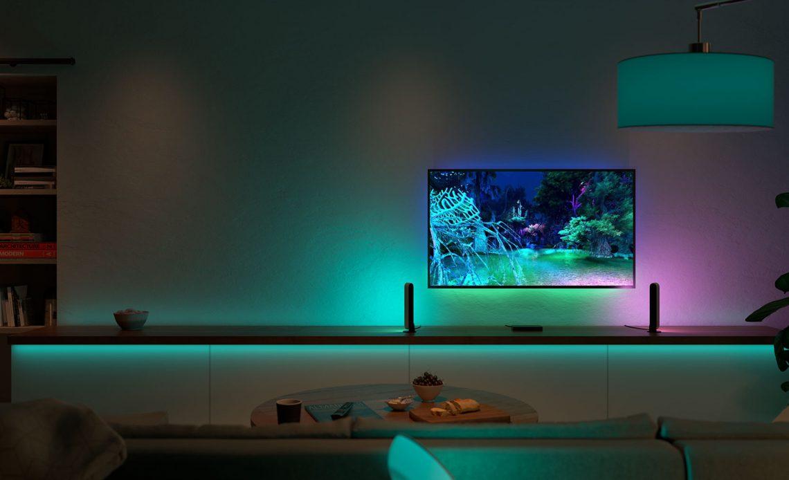 Alcune strisce LED Philips Hue illuminano una stanza