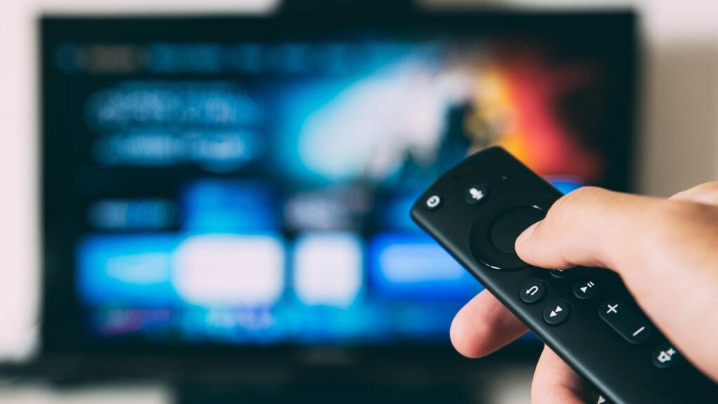Un utente controlla il TV con un telecomando